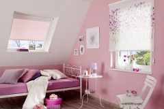 Gemusterete Teba Rollos verschönern ein jedes Zimmer.Stoff: 1025 mit Blumenmuster S2-Anlage und DachfensterStimmungsaufnahme