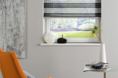 Teba Jalousie Standard 25mm mit einem Farbwechsel aus schwarzen und weißen Lamellen.LiteRise Bedienung