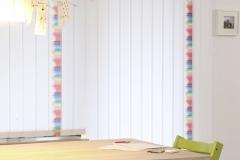 Teba Lamellenvorhang 3212, 3134 bunte Stifte mit weißen Lamellen Stimmungsaufnahme