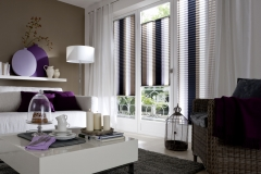 Die Teba Plissee Kollektion erhält viele Farben und Variationen, die nach Belieben kombiniert werden können. Somit kann der Sonnenschutz perfekt auf das Wohnzimmer Design abgestimmt werden. Teba Plissee 5447 braun, Stimmungsaufnahme, VS2-Anlagen verspannt Übernahme in Kollektion 20